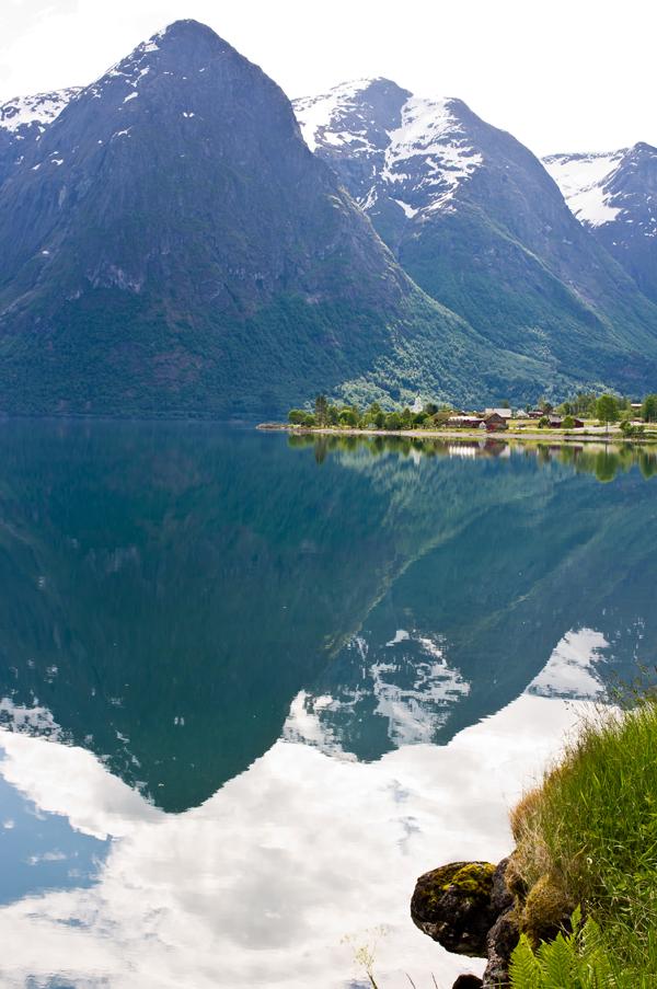 Bilde av fjord og fjell