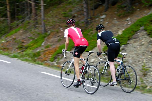 Anders og Arild sykler i motbakken opp mot Randsverk