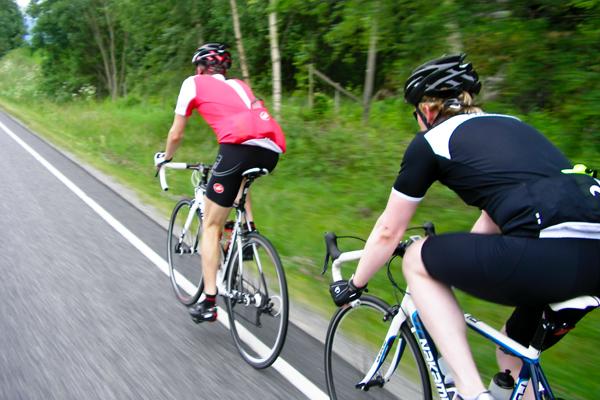 Anders og Arild sykler.