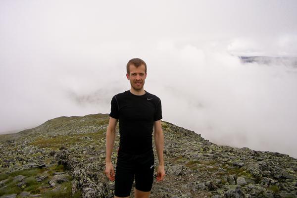 Einar på Formokampen med skyer i bakgrunnen
